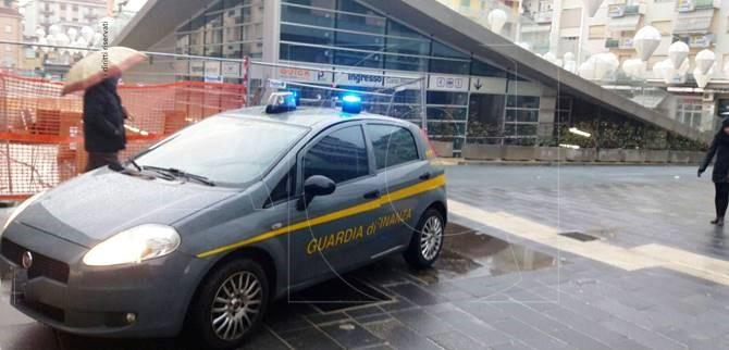 La Guardia di finanza a piazza Bilotti (Cosenza)