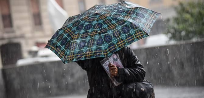 Una donna con l'ombrello