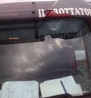 Sassaiola contro un autocarro a San Pietro Lametino. Denunciati due minori rom