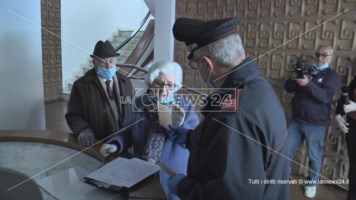 I carabinieri consegnano le pensioni agli anziani in difficoltà: il video