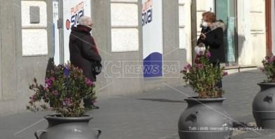 Norme per il distanziamento sociale. Dua anziane chiacchierano su corso Mazzini a Catanzaro