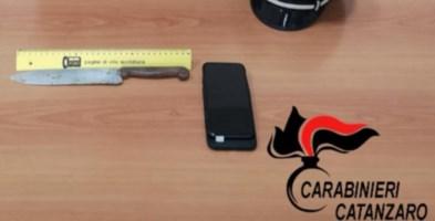 Rapina a Catanzaro, punta un coltello per un cellulare e 25 euro: arrestato