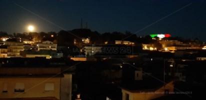 Lo spettacolo della superluna e il castello tricolore incanta Vibo Valentia