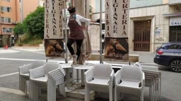 Cosenza, per protesta si incatena ai tavolini del suo bar: «Noi vittime delle beghe politiche»
