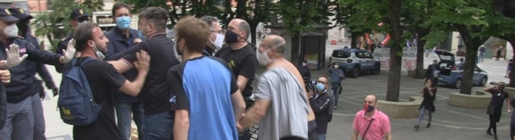 Protestano e li multano, tensione a Cosenza: manifestanti cercano di entrare in Prefettura