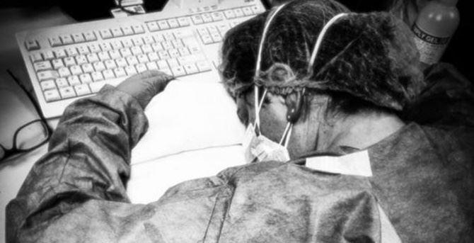 La foto dell'infermiera stremata che ha fatto il giro del web