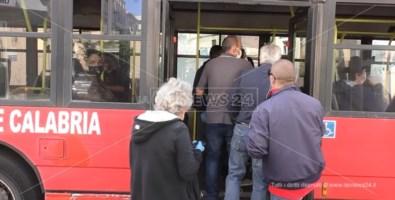 Fase 2 a Catanzaro, pochi autobus e tutti affollati: scatta l'allarme