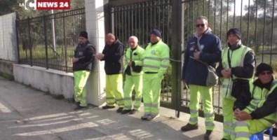 Rifiuti nella Locride, lavoratori senza stipendio da 3 mesi: i sindacati scrivono al prefetto