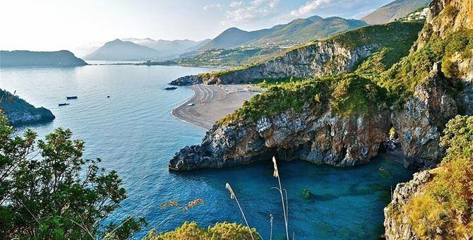 Uno scorcio delle spiagge di San Nicola Arcella. Sullo sfondo Praia a Mare e Tortora