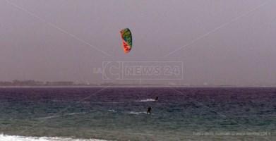 Coronavirus: saltano i mondiali di kite a Gizzeria, ma gli sportivi già solcano le onde