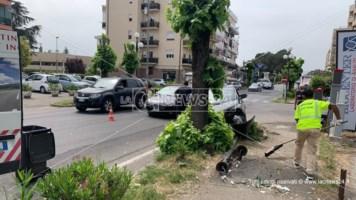 Incidente a Rende, auto contro un albero dopo il tamponamento