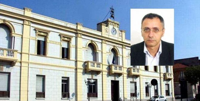 Il municipio di Villa San Giovanni. Nel riquadro Franco Morabito