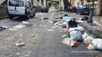 Cosenza, la raccolta rifiuti è ferma: la spazzatura viene gettata in strada