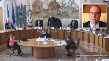 Il Consiglio comunale di Cosenza. Nel riquadro in alto Andrea Manna