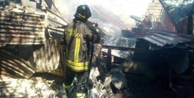 Un vigile del fuoco impegnato durante l'intervento a Zambrone