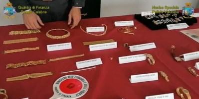Alcune degli oggetti in oro posti sotto sequestro