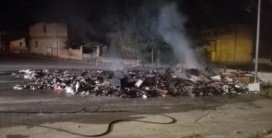 L'incendio nella discarica di Archi