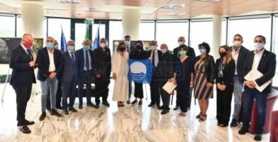 La presidente Santelli insieme ai sindaci che hanno ottenuto la Bandiera Blu
