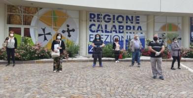 Una delegazione di ex Lsu protesta davanti alla Cittadella