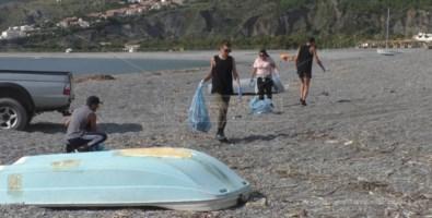 I ragazzi mentre raccolgono l'immondizia sulla spiaggia