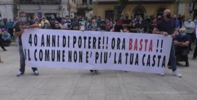 Fase 2, a Praia protestano i cittadini: «Le ordinanze del sindaco rallentano la ripresa»