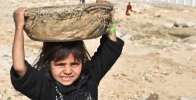 Una bimba afgana costretta a lavorare