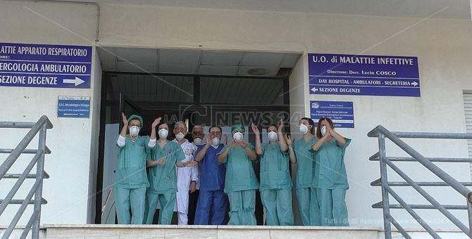 Lo staff del reparto di Malattie infettive dell'ospedale Pugliese