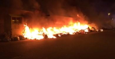Notte di fuoco a Reggio Calabria, incendiati cumuli di rifiuti in diverse zone