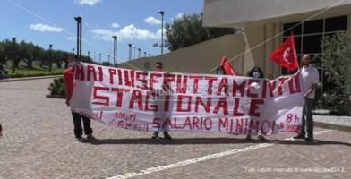 Stagionali precari protestano alla Cittadella: «Vogliamo lavoro vero»