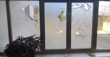 I vetri rotti nell'ennesimo atto vandalico ai danni del Centro