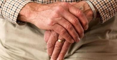 Spezzano Albanese, aggrediscono e rapinano un anziano in casa: due arresti