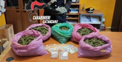 La droga e i soldi rinvenuti