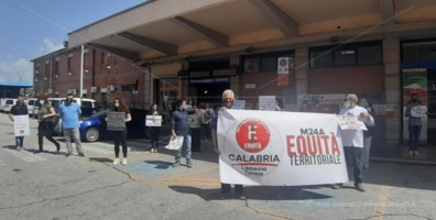 """Alta velocità """"farlocca"""", la protesta arriva a Lamezia: «Non siamo cittadini di Serie B»"""