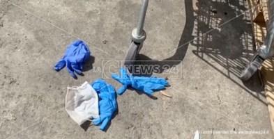 Catanzaro, Ordine farmacisti: «Basta mascherine e guanti gettati a terra»