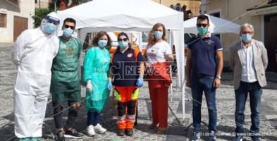 Amministratori e operatori sanitari in piazza