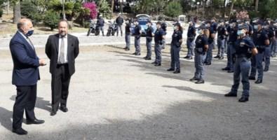 Da sinistra il questore Vallone e il prefetto Mariani con i nuovi agenti