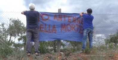 Alcuni componenti del comitato appendono uno striscione in località Monte Salerno