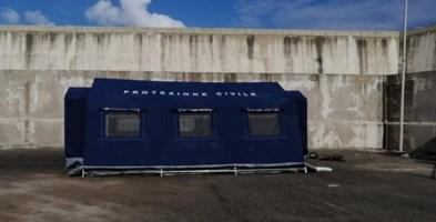 La tenda della protezione civile nel porticciolo di Palmi