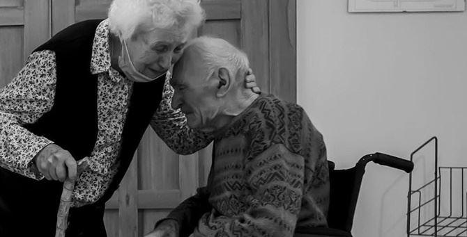 L'abbraccio dei due anziani