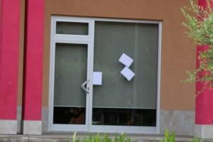 Gli spari sulla vetrina del ristorante (foto ansa)