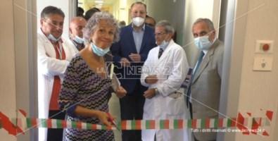 Cinzia Bettelini, mentre taglia il nastro del reparto che ospita la Risonanza Magnetica