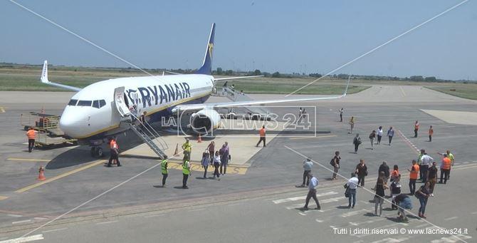 Un aereo Ryanair nello scalo crotonese (immagini di repertorio)