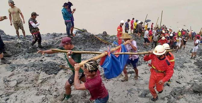 I soccorritori all'opera (foto Ansa)