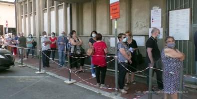 Lamezia, Distretto sociosanitario nel caos: anziani il fila per ore sotto il sole