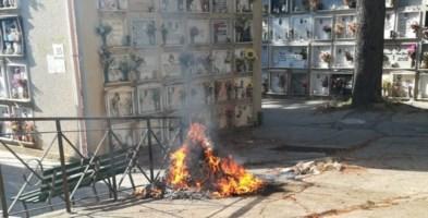 Reggio Calabria, rifiuti in fiamme nel cimitero: «Gesto indegno e inqualificabile»