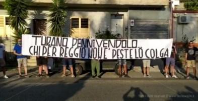 Striscioni e slogan fascisti contro il nuovo libro di Turano sui Moti di Reggio