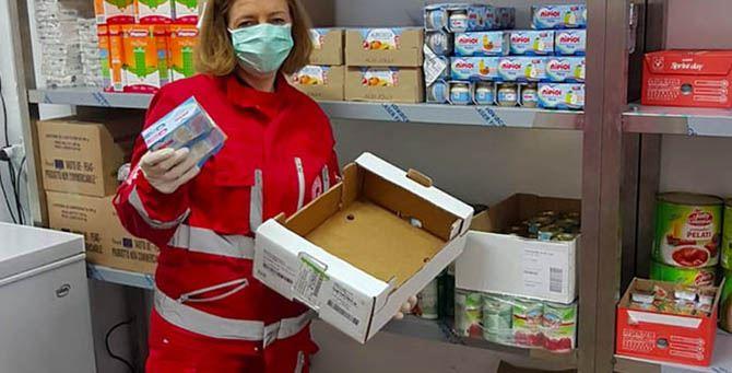 Volontaria della Croce Rossa nel magazzino alimentare