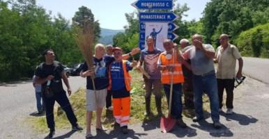 Istituzioni assenti, nel Vibonese ci pensano i cittadini a pulire la strada