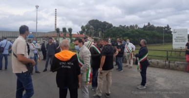 Emergenza rifiuti, protesta dei sindaci vibonesi a San Pietro Lametino
