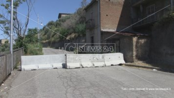 Le barriere collocate all'imbocco di Corso Vittorio Emanuele a Cosenza